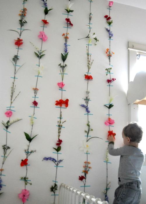 un mur de fleurs. Black Bedroom Furniture Sets. Home Design Ideas